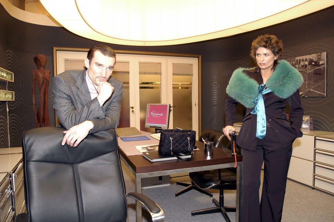 Richard von Brahmberg (Karim Köster, l.) und seine Mutter Sophie (Gabrielle Scharnitzky, r.) schmieden einen Plan, wie sie ihren Einfluss auf die Fi... - Bildquelle: Noreen Flynn SAT.1 / Noreen Flynn