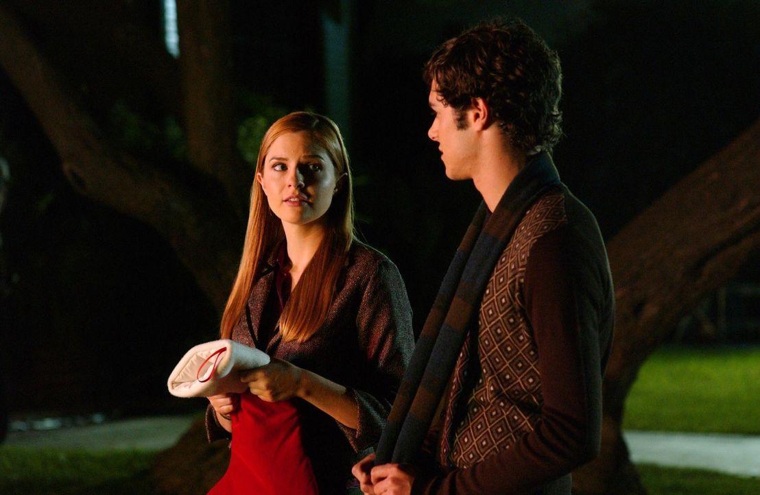 Am Strand trifft Seth (Adam Brody, r.) auf Lindsay (Shannon Lucio, l.) und sogleich versucht er, sie in der Cohen Familie aufzunehmen, indem er ihr... - Bildquelle: Warner Bros. Television