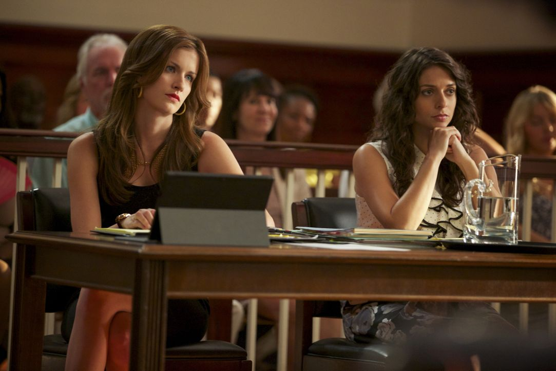 Jamie (Anna Wood, l.) vertritt die junge Frau Amber (Beth Keener, r.) in einem Fall. Ihr Mann hat sich möglicherweise aufgrund einer Radiosendung um... - Bildquelle: 2013 CBS BROADCASTING INC. ALL RIGHTS RESERVED.
