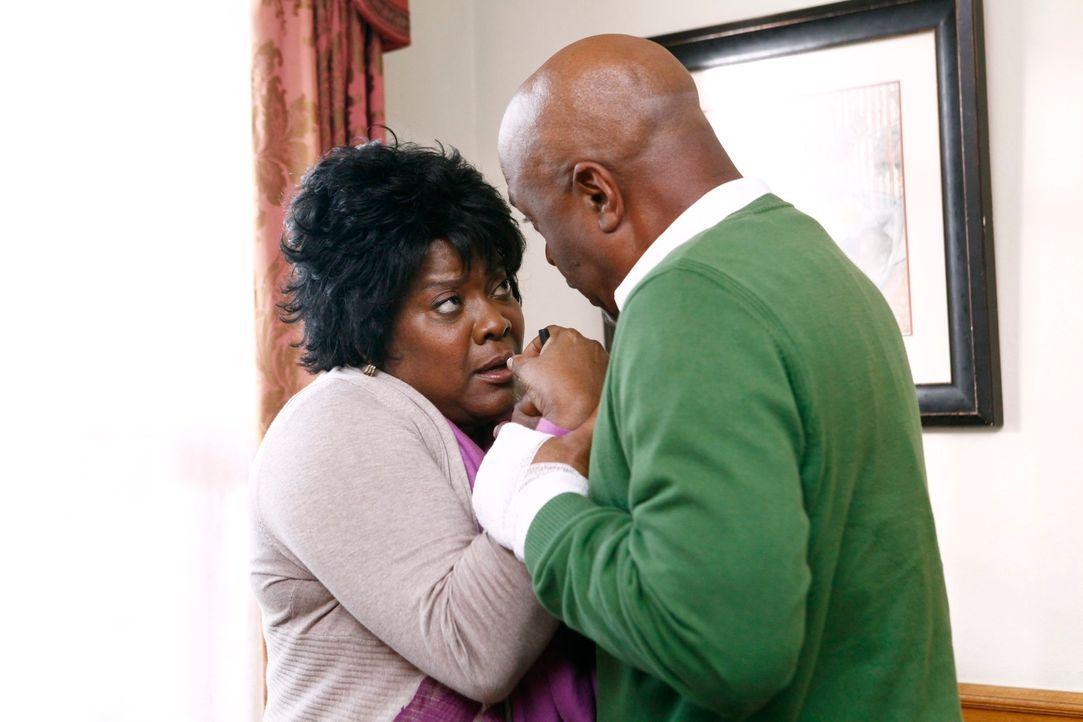 Da sich Adeles (Loretta Devine, l.) Zustand weiter verschlechtert, macht sich Richard (James Pickens jr., r.) große Sorgen um sie, während im Kranke... - Bildquelle: ABC Studios