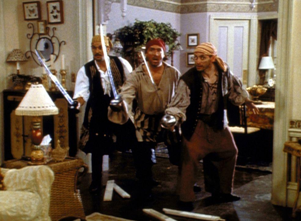 Bei der Suche nach der Familientafel stoßen die Spellmans auf drei Piraten, die Hilda hundert Jahre lang im Keller vergessen hat. - Bildquelle: Paramount Pictures