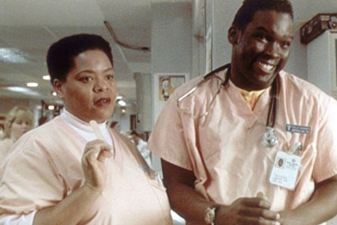 Wer übernimmt den Patienten mit den Läusen? Malik (Deezer D., r.) und Haleh (Yvette Freeman, l.) knobeln es aus. - Bildquelle: TM+  WARNER BROS.
