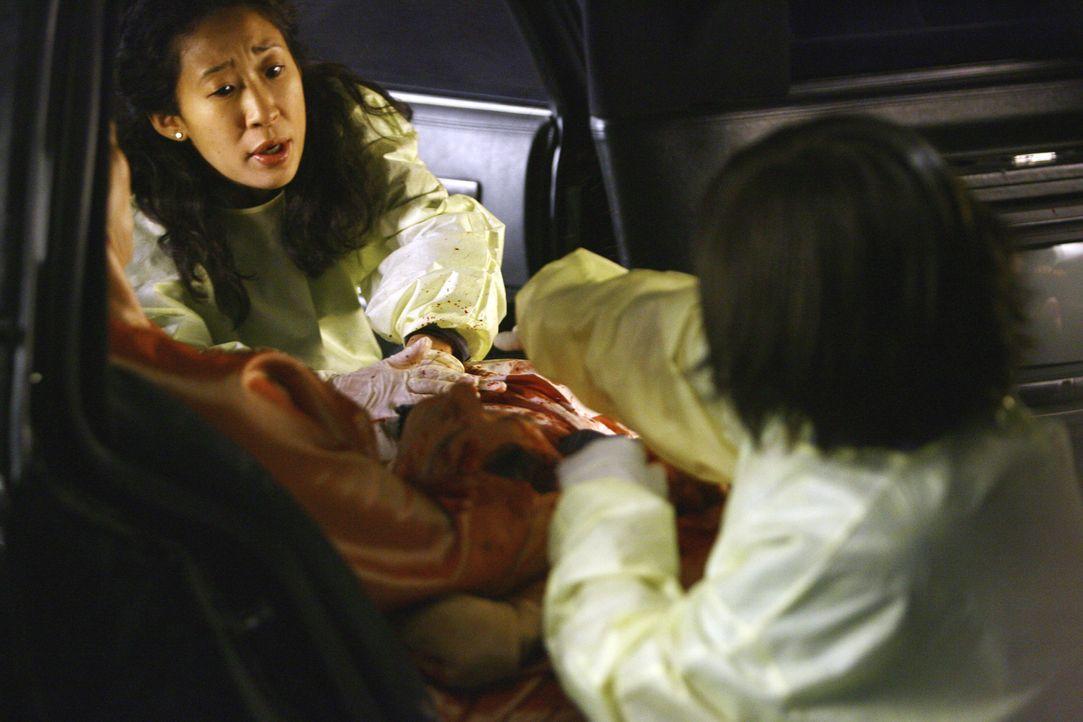 Als eine Limousine in der Notaufnahme eintrifft, mit drei verletzten Damen und deren Chauffeur, beginnt für Cristina (Sandra Oh, l.) und Bailey (Cha... - Bildquelle: Touchstone Television