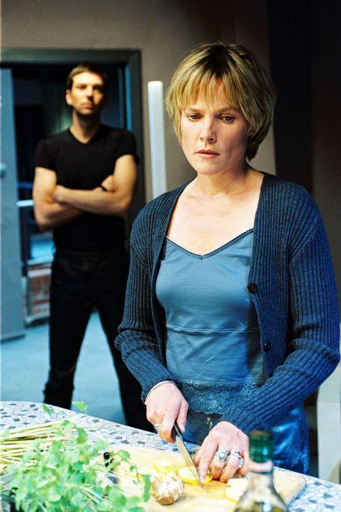 Die Stimmung zwischen Sophie (Karoline Eichhorn, r.) und Martin (Kai Wiesinger, l.) wird immer kühler - irgendetwas stimmt nicht ... - Bildquelle: Sat.1