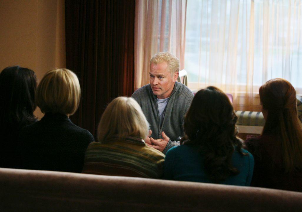 Dave (Neal McDonough, 3.v.r.) hat eine besondere Bitte an Edies Freundinnen Karen McCluskey (Kathryn Joosten, 3.v.l.), Bree (Marcia Cross, r.), Gabr... - Bildquelle: ABC Studios