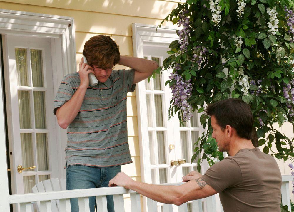 Mike (James Denton, r.) besucht Zach (Cody Kasch, l.), als plötzlich Felicia vor der Tür steht, die sich mit Zach aussöhnen will ... - Bildquelle: 2005 Touchstone Television  All Rights Reserved