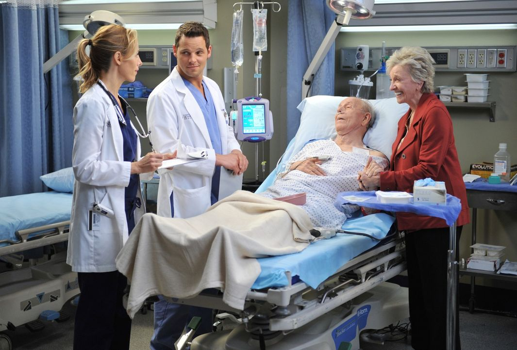 Während Alex (Justin Chambers, 2.v.l.) und Teddy (Kim Raver, l.) alles für die Operation vorbereiten, macht sich Emma (Elizabeth Franz, r.) große So... - Bildquelle: ABC Studios