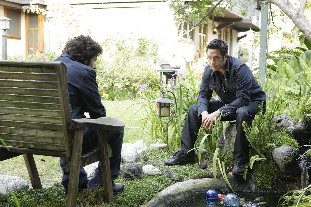 Don (Rob Morrow, r.) und Charlie (David Krumholtz, l.) arbeiten zusammen an einem neuen Fall, in dem sich bald herausstellt, dass sie beide in allen... - Bildquelle: Paramount Network Television