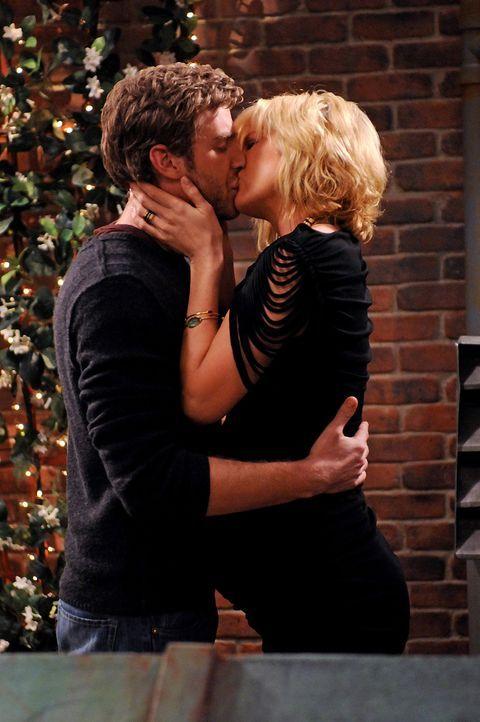 Werden sie doch noch eine richtige Familie? Zack (Jon Foster, r.) und Billie (Jenna Elfman, l.) - Bildquelle: 2009 CBS Broadcasting Inc. All Rights Reserved