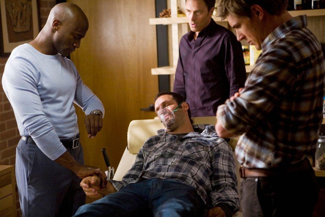 Keith (Christopher Gartin, 2.v.l.) hat sich in der Praxis eine Überdosis gespritzt. Pete (Tim Daly, 2.v.r.), Sam (Taye Diggs, l.) und Dell (Chris Lo... - Bildquelle: ABC Studios