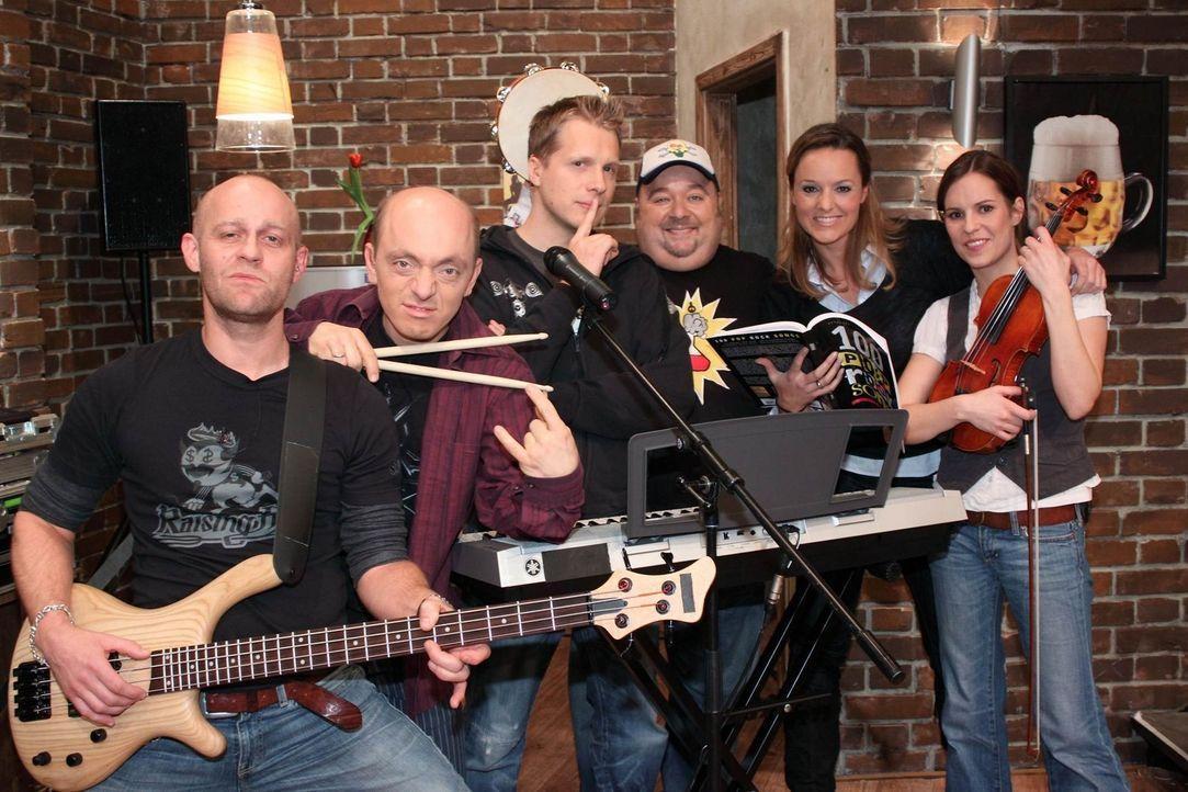 Die Band: (v.l.n.r.) Jürgen Vogel, Bernhard Hoëcker, Oliver Pocher, Dirk Bach, Maike Tatzig und Birthe Wolter ... - Bildquelle: Frank Hempel SAT.1