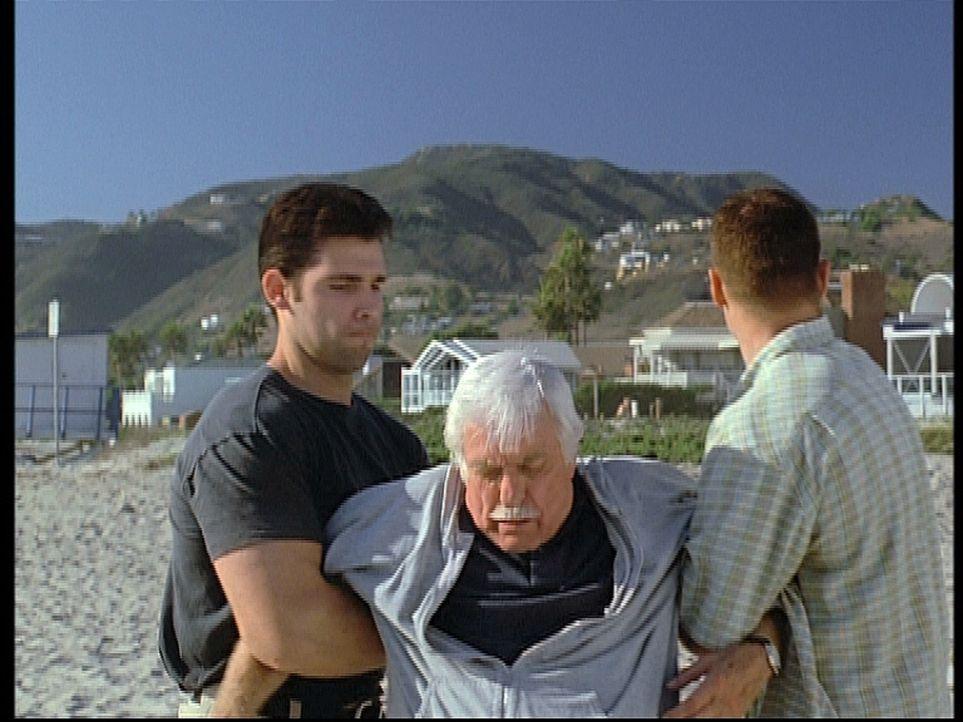 Mark (Dick Van Dyke, M.) wird von zwei Gangstern, die ihn mit einem Mafiaboss verwechseln, betäubt und entführt. - Bildquelle: Viacom