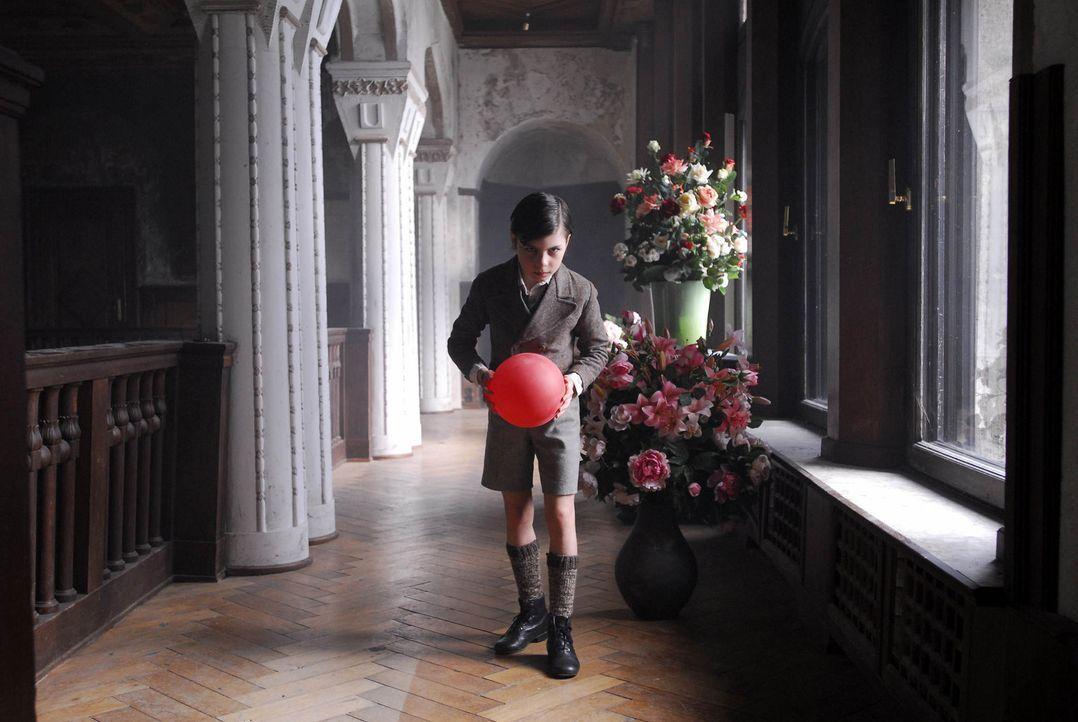 """Unheimlich: Schon zu Lebzeiten """"geistert""""Einzelgänger Eric (Dario Stankewitz) durchs elterliche Herrenhaus ... - Bildquelle: Uwe Ernst ProSieben"""