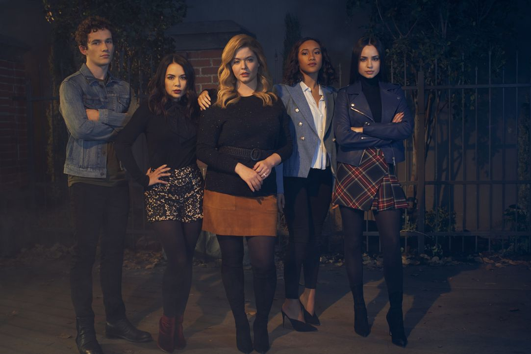(v.l.n.r.) Dylan Walker (Eli Brown); Mona Vanderwaal (Janel Parrish); Alison DiLaurentis (Sasha Pieterse); Caitlin Lewis (Sydney Park); Ava Jalali (... - Bildquelle: 2019 Warner Bros. Entertainment Inc. All Rights Reserved.