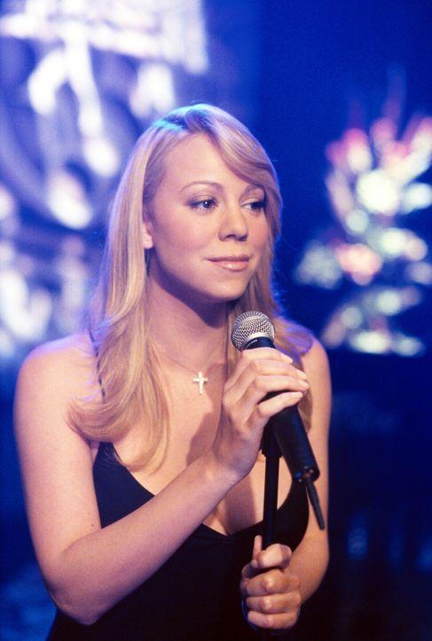 In der Martini-Bar zeigt Candy Cushnip (Mariah Carey), dass sie auch als Sängerin einiges drauf hat ... - Bildquelle: 2002 Twentieth Century Fox Film Corporation. All rights reserved.