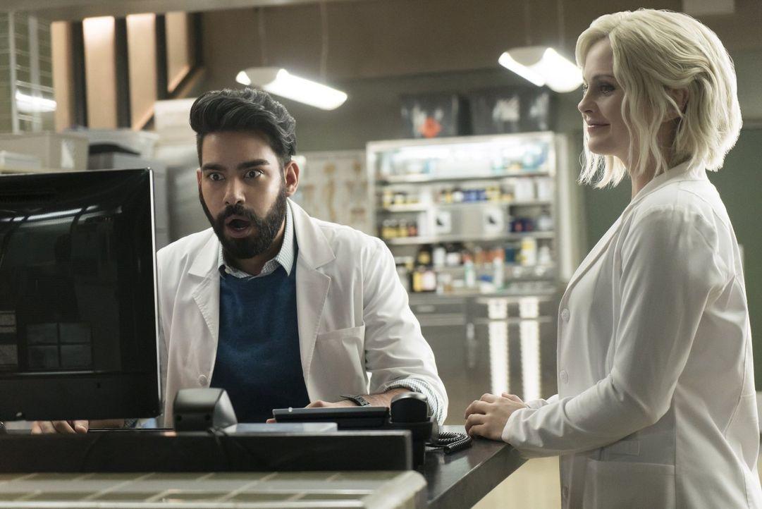 Während Ravi (Rahul Kohli, l.) und Liv (Rose McIver, r.), nachdem sie das Hirn des Opfers gegessen hat, es genießen in der Prank-Szene zu ermitteln,... - Bildquelle: 2017 Warner Brothers