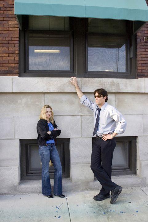 Sam (Linda Cardellini, l.) und Luka (Goran Visnjic, r.) sind größter Sorge um die Gesundheit von Alex, denn er ist Diabetiker und hat sein Insulin n... - Bildquelle: Warner Bros. Television