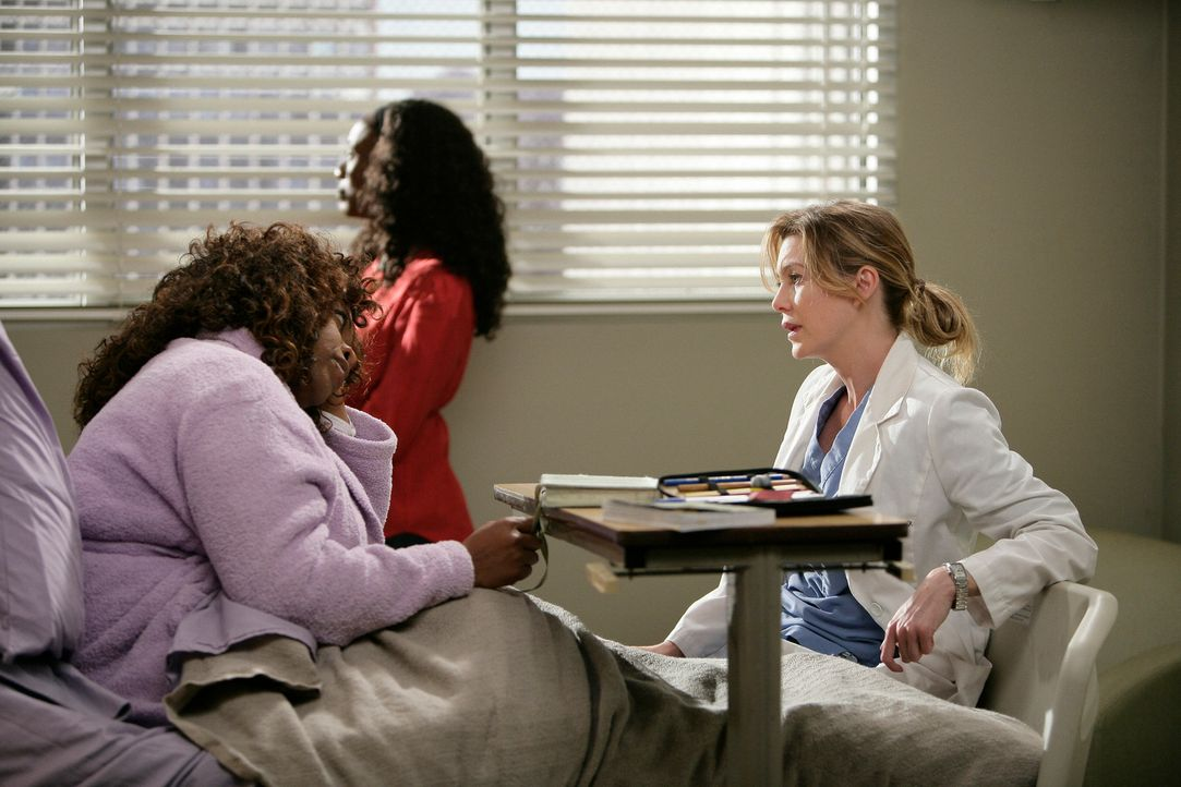 Während Callie und Erica gegenüber Mark vorgeben, ein Paar zu sein, hofft Meredith (Ellen Pompeo, r.) mehr von Greta (Regina Taylor, l.) und deren... - Bildquelle: Touchstone Television