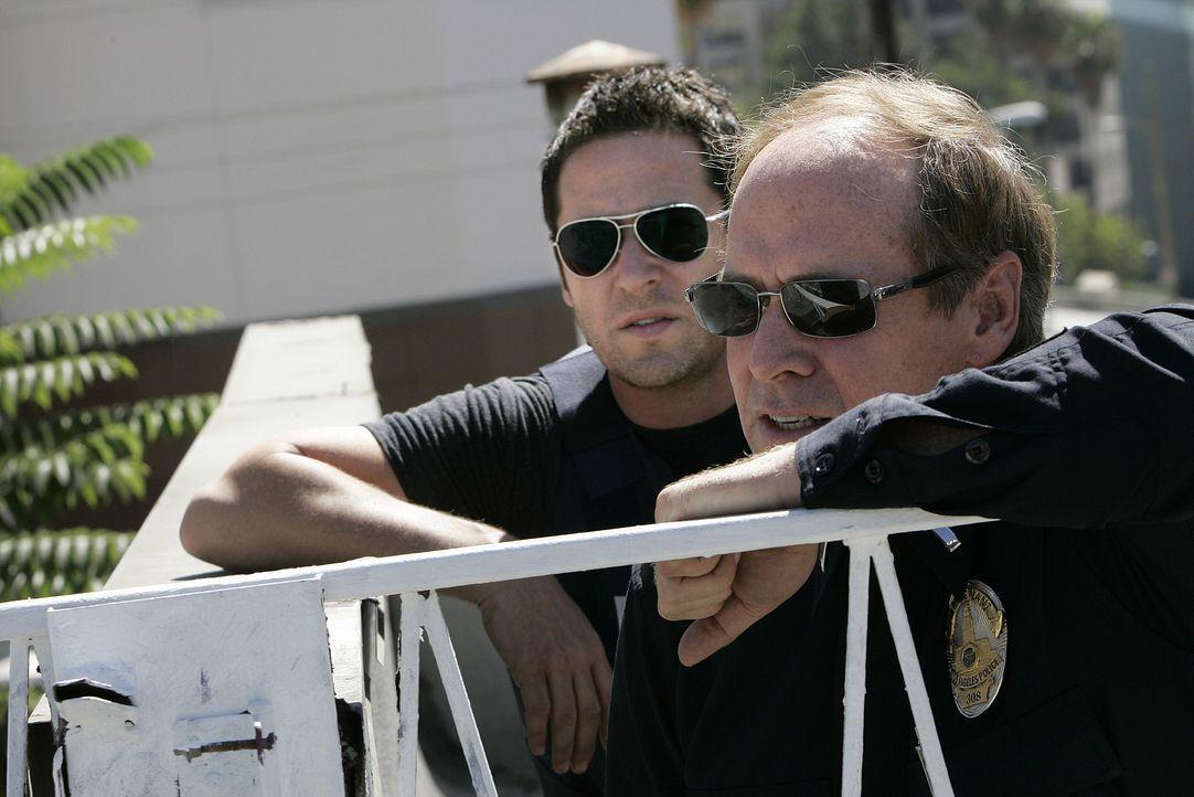 Gemeinsam versuchen Don Eppes (Rob Morrow, l.) und  Lt. Gary Walker (Will Patton, r.) einen Täter, der mehrere Bankschließfächer aufgebrochen hat, z... - Bildquelle: Paramount Network Television