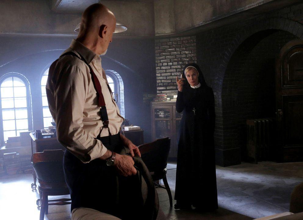 Jahr 1964: Schwester Jude Martin (Jessica Lange, r.) macht Dr. Arthur Arden (James Cromwell, l.) für das seltsame verhalten von Mary Eunice McKee v... - Bildquelle: 2012-2013 Twentieth Century Fox Film Corporation. All rights reserved.
