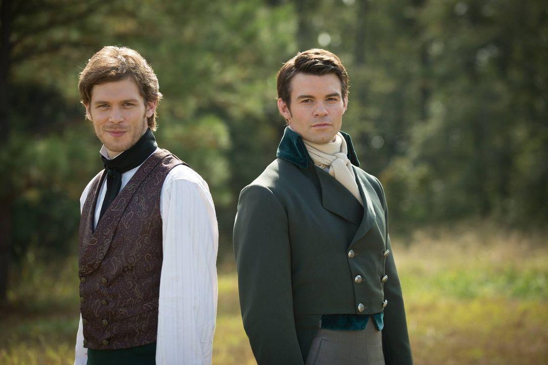 Der Streit mit Klaus (Joseph Morgan, l.) beschäftigt Elijah (Daniel Gillies, r.) und lässt ihn in Erinnerungen schwelgen ... - Bildquelle: Warner Bros. Television