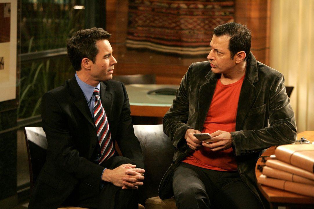 Will Karen eins auszuwischen: Scott Woolley (Jeff Goldblum, r.) holt sich Informationen von Will (Eric McCormack, l.) ... - Bildquelle: Chris Haston 2003 NBC, Inc. All rights reserved.