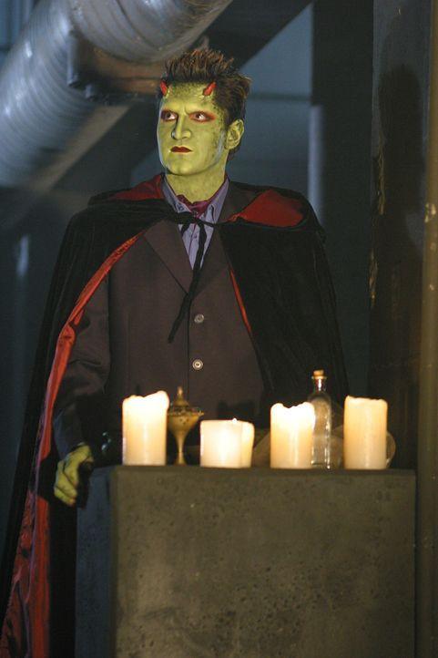 Lorne (Andy Hallett) teilt seinen Freunden mit, dass er ein Ritual entdeckt hat, um seine Fähigkeiten wiederherzustellen. - Bildquelle: The WB Television Network