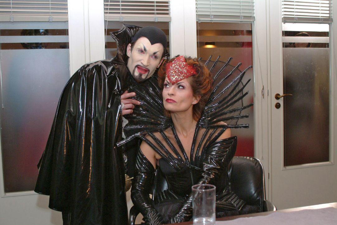 Richard (Karim Köster, l.) als Mephisto, Sophie (Gabrielle Scharnitzky, r.) als Böse Königin. - Bildquelle: Monika Schürle SAT.1 / Monika Schürle