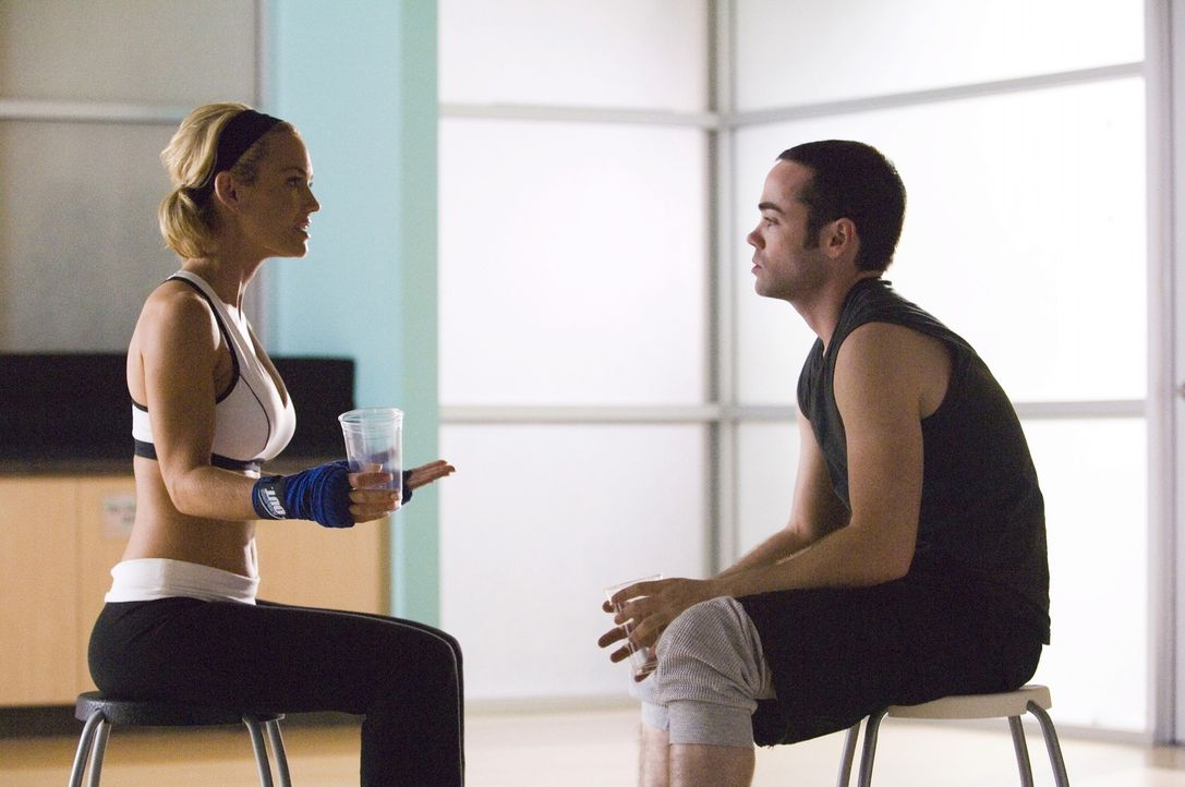 Sean und Julia treffen eine Entscheidung über ihr ungeborenes Kind, während sich Matt (John C. Hernsley, r.) mit Kimber (Kelly Carlson, l.) trifft... - Bildquelle: TM and   2004 Warner Bros. Entertainment Inc. All Rights Reserved.