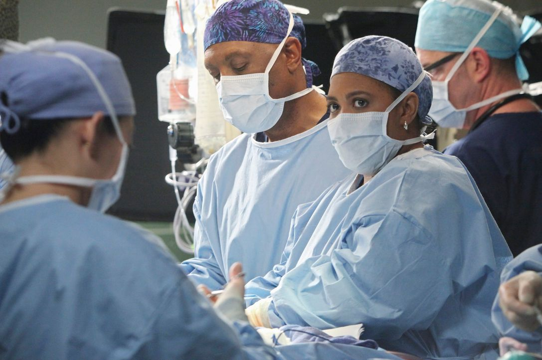 Alle geben ihr Bestes um Callie und das Baby zu retten. Doch können Miranda (Chandra Wilson, 2.v.r.) und Richard (James Pickens, Jr., 2.v.l.) wirkli... - Bildquelle: ABC Studios