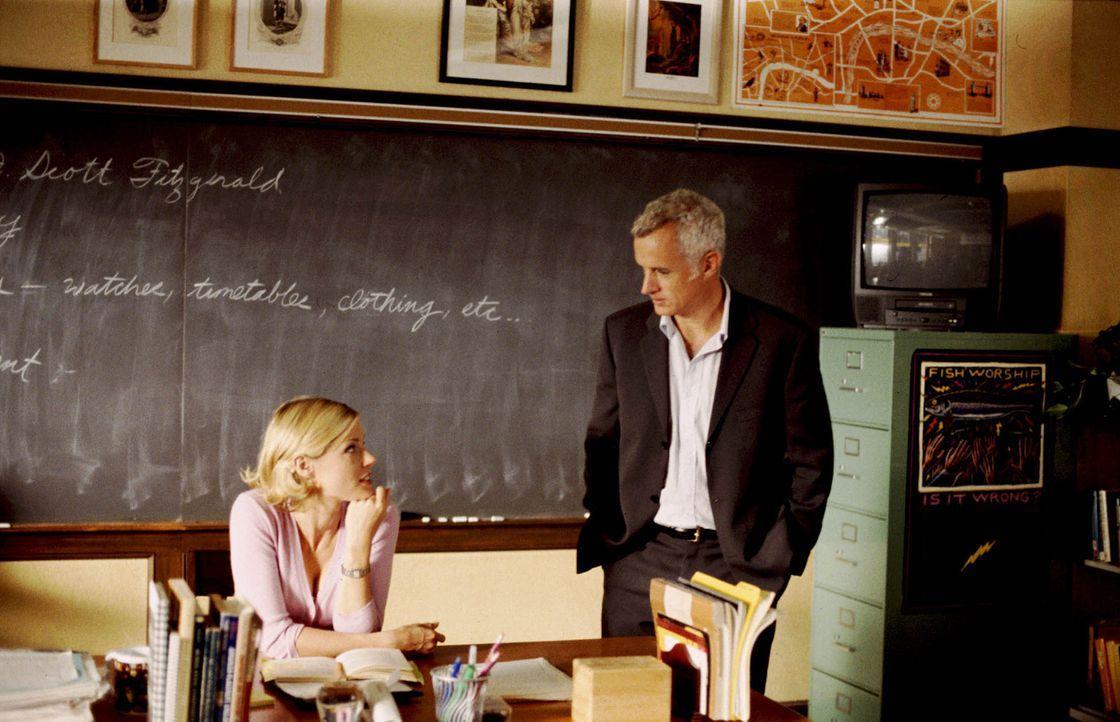 Bahnt sich zwischen Carol (Julie Bowen, l.) und Schuldirektor Dennis Martino (John Slattery, r.) etwas an? - Bildquelle: Paramount