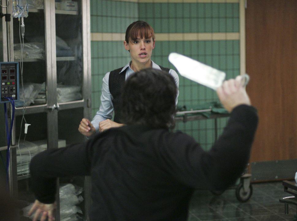 Sydney (Jennifer Garner, hinten) versucht Vaughn zu retten und muss sich dabei mit Fentan Keene (Mark Aiken, vorne) anlegen ... - Bildquelle: Touchstone Television