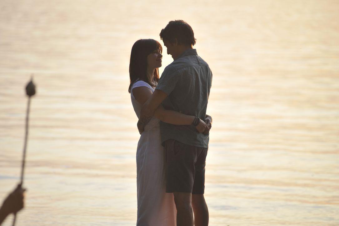 Um zusammen sein zu können, muss Lila (Anna Fischer, l.) ihr geliebtes normales Leben aufgeben oder Chriz (Kostja Ullmann, r.) seine schwer erarbeit... - Bildquelle: Disney