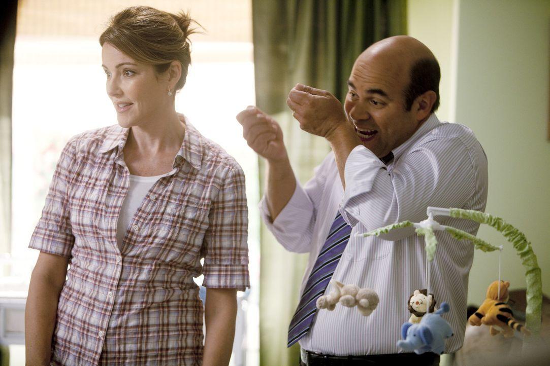 Ellie (Christa Miller, l.) und Andy (Ian Gomez, r.) haben Probleme mit ihrem neuen Kindermädchen: es ist einfach zu freundlich für den ewigen Grie... - Bildquelle: 2010 ABC INC.
