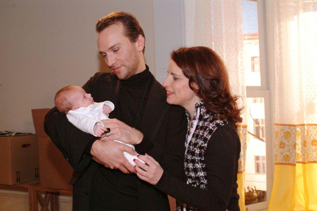 Gerührt betrachten Hugo (Hubertus Regout, l.) und Inka (Stefanie Höner, r.) die kleine Tochter von Yvonne und Max. - Bildquelle: Monika Schürle Sat.1