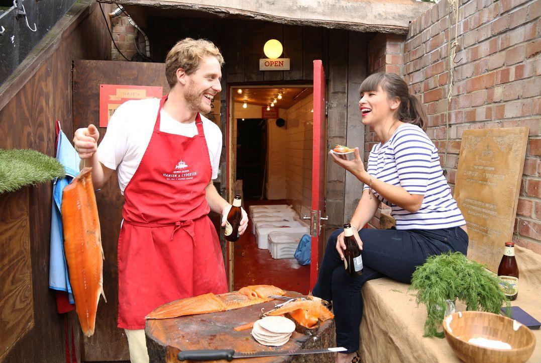 Zusammen mit Ole (l.) räuchert Rachel (r.) Fisch und darf schließlich sogar noch probieren ... - Bildquelle: Richard Hill BBC 2013