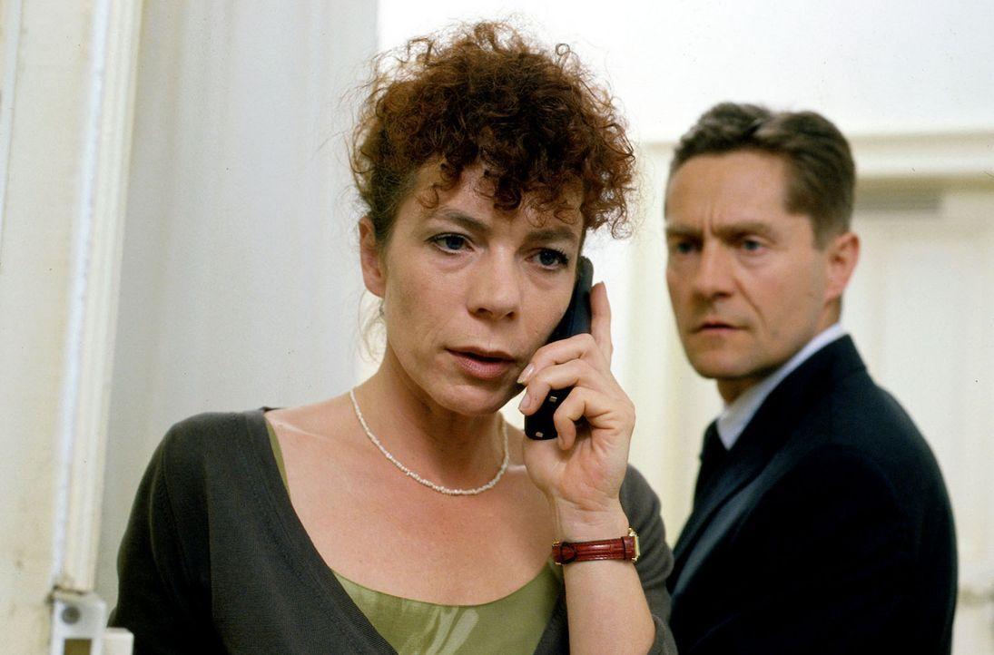Natalies Eltern Elke (Nina Hoger, l.) und Peter (Udo Schenk, r.) machen sich Sorgen um ihre Tochter, die plötzlich verschwunden ist. - Bildquelle: Sat.1