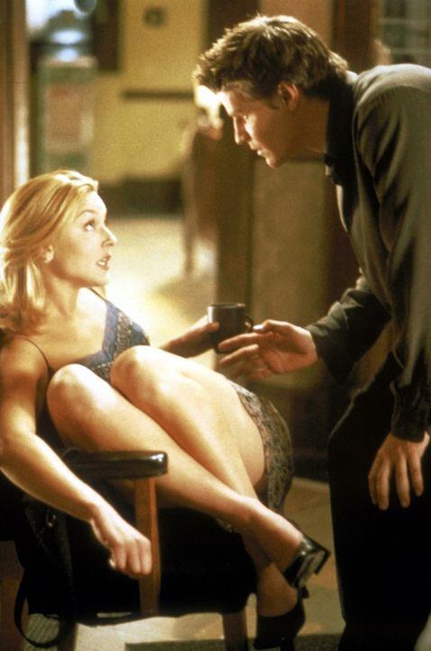 Angel (David Boreanaz, r.) wundert sich über Kate (Elisabeth Rohm, l.). Die sonst so kühle Polizistin ist auf einmal sehr sanftmütig und zugängl... - Bildquelle: TM +   2000 Twentieth Century Fox Film Corporation. All Rights Reserved.