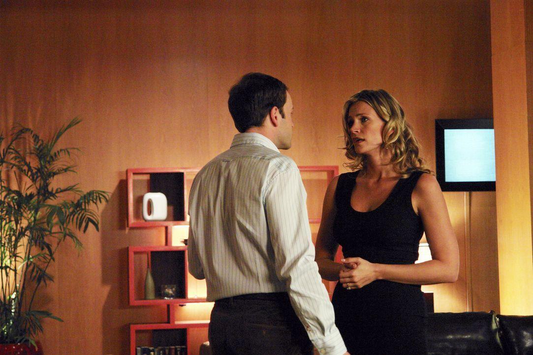Seine Verlobte Taylor (Natasha Henstridge, r.) findet es alles andere als lustig, dass Eli (Jonny Lee Miller, l.) unter Halluzinationen leidet ... - Bildquelle: Disney - ABC International Television