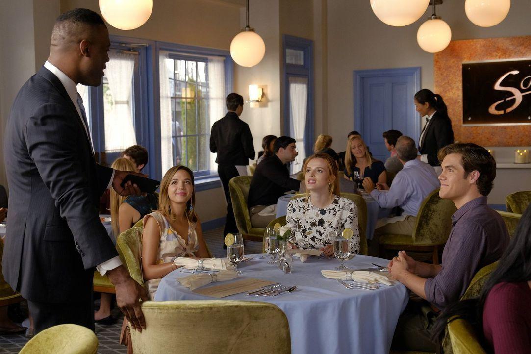 Cassandra (Georgie Flores, 2.v.l.) und Jake (Charlie DePew,r.) begleiten Paige (Bella Thorne, M.) zu ihrem Essen mit Ken Chapman (Kevin Daniels, l.)... - Bildquelle: Warner Bros.