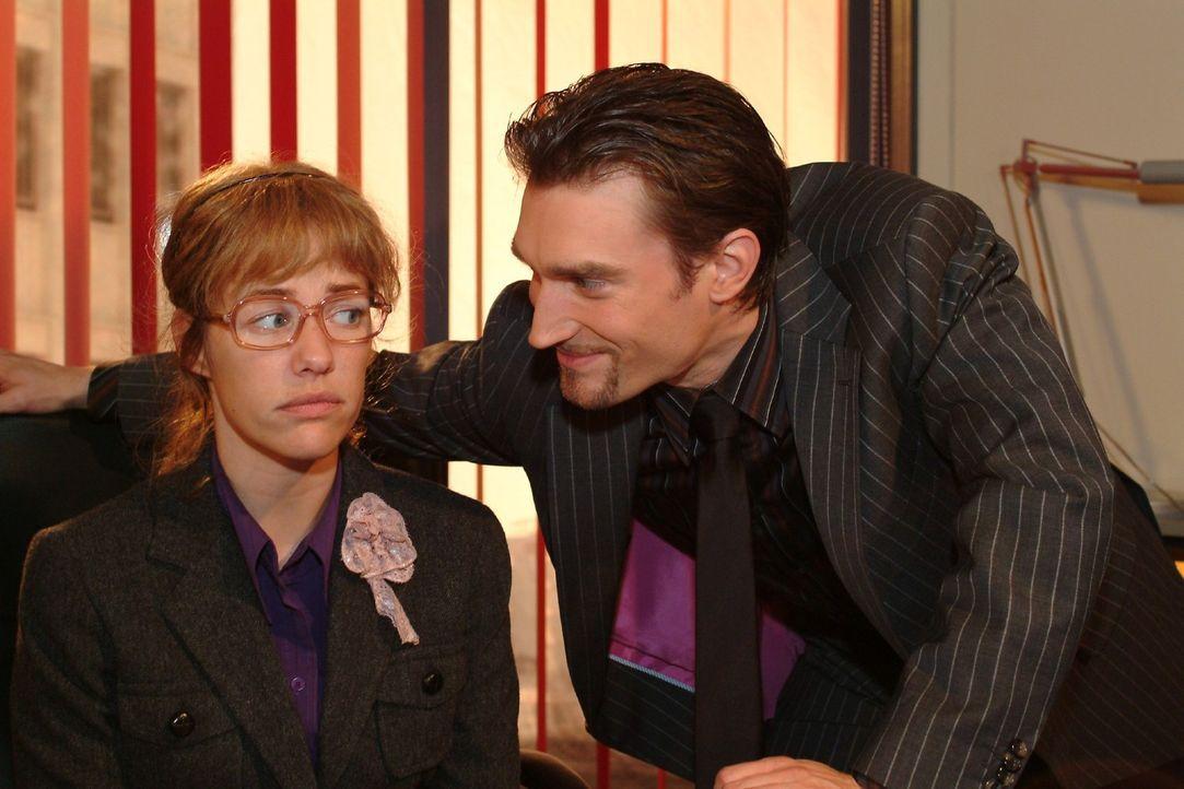 Richards (Karim Köster, r.) gespielte Zerknirschtheit geht auf: Lisa (Alexandra Neldel, l.) zögert, ihn zu entmachten. (Dieses Foto von Alexandra... - Bildquelle: Monika Schürle Sat.1