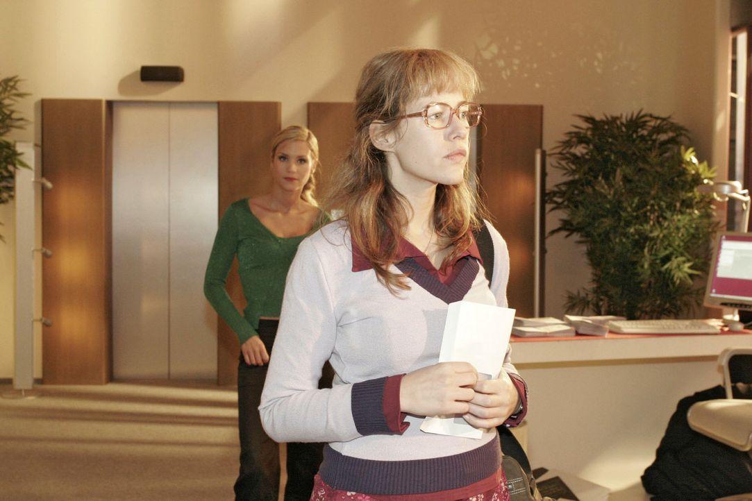 Lisa (Alexandra Neldel, r.) bewahrt Haltung, als Sabrina (Nina-Friederike Gnädig, l.) sich über ihr niedriges Gehalt lustig macht ... (Dieses Foto... - Bildquelle: Sat.1