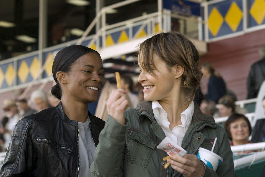 Zum Glück ist Alice (Leisha Hailey, r.) nicht nachtragend und so neckt sie Tasha (Rose Rollins, l.) nur, um ihr ihre Enttäuschung zu zeigen - doch... - Bildquelle: Metro-Goldwyn-Mayer Studios Inc. All Rights Reserved.