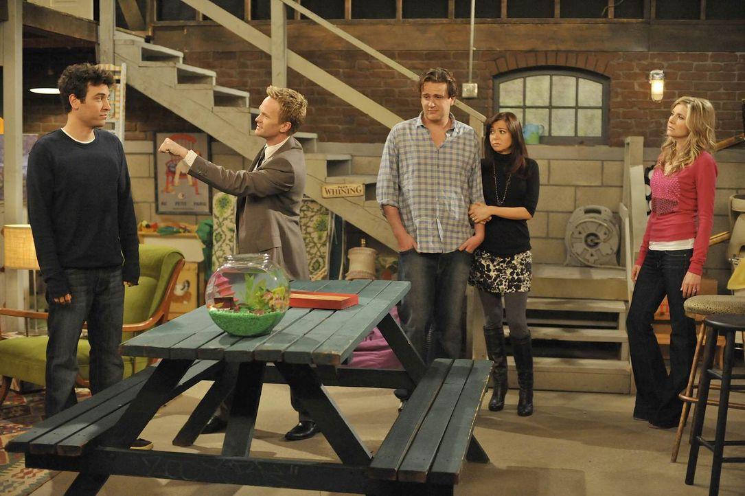 Ted (Josh Radnor, l.) überredet seine Freunde Barney (Neil Patrick Harris, 2.v.l.), Lily (Alyson Hannigan, 2.v.r.), Robin, Marshall (Jason Segel, M.... - Bildquelle: 20th Century Fox International Television