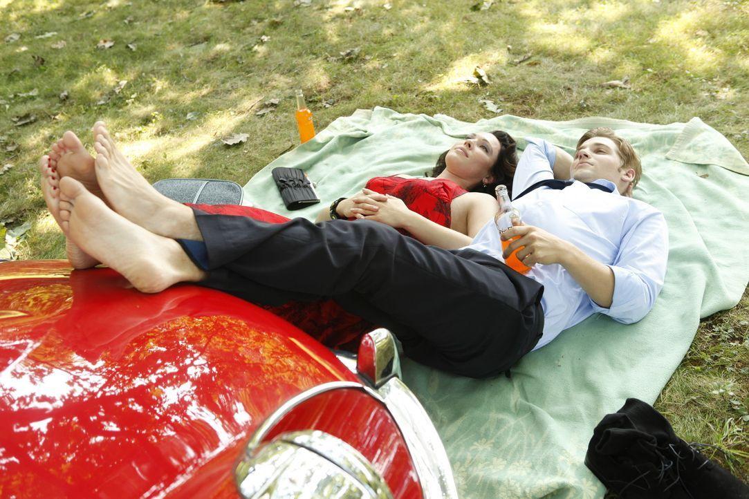 Als Dean (Mike Vogel, r.) sieht, wer Ginny Saddlers (Erin Cummings, l.) Begleiter ist, wird ihm klar, dass er gerade dabei ist seine Karriere aufs S... - Bildquelle: 2011 Sony Pictures Television Inc.  All Rights Reserved.