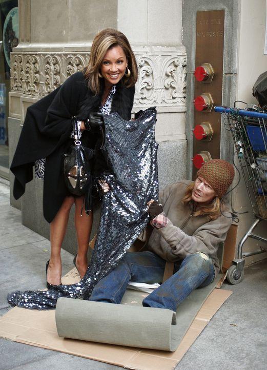 Wilhelmina (Vanessa Williams, l.) will ihr Image positiv verändern und geht öffentlichkeitswirksam auf die Obdachlosen der Stadt zu - mit passenden... - Bildquelle: Buena Vista International Television