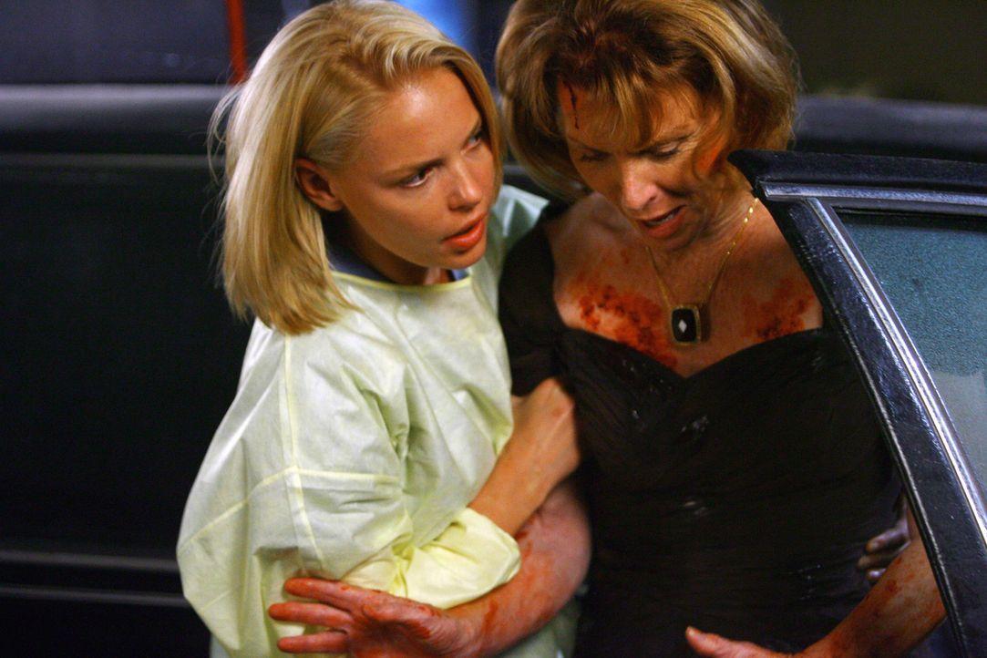 Izzie (Katherine Heigl, l.) kümmert sich um Betty Kenner (Mariette Hartley, r.), die verletzt in der Notaufnahme eintrifft ... - Bildquelle: Touchstone Television