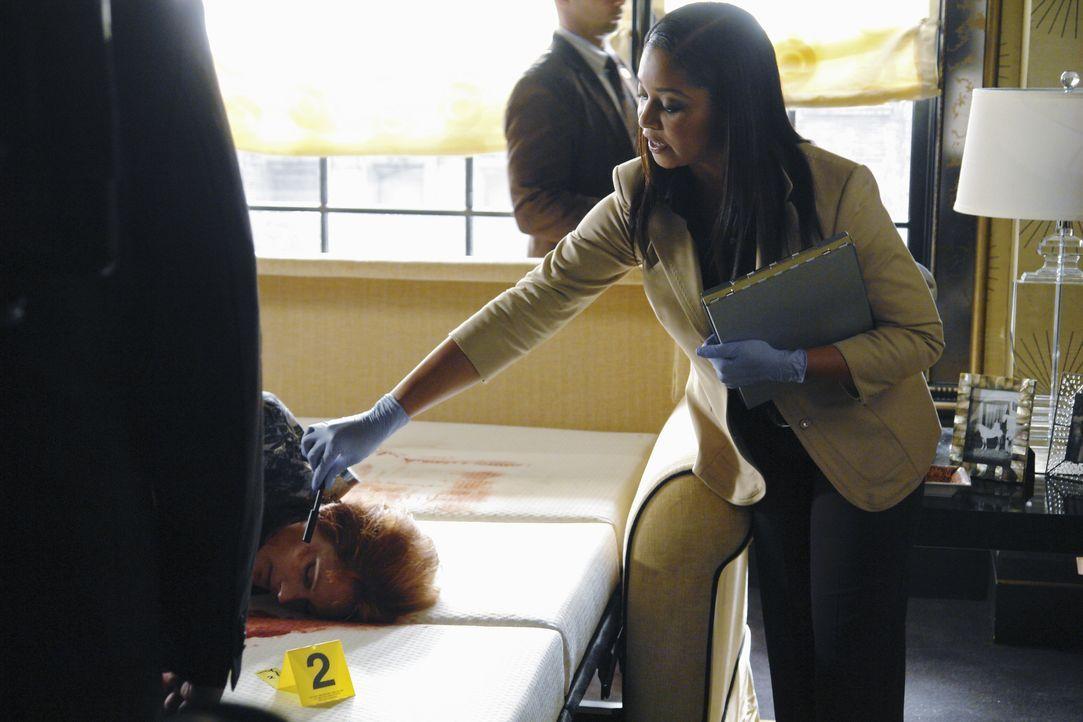 Lanie Parish (Tamala Jones, r.) muss die Leiche nicht lange untersuchen um festzustellen, dass die Tatwaffe ein Eispickel gewesen ist ... - Bildquelle: 2010 American Broadcasting Companies, Inc. All rights reserved.