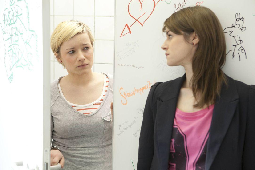 Wird ein Liebesgeständnis, die beiden wieder zusammenbringen? Jenny (Lucy Scherer, r.) und Emma (Kasia Borek, l.) ... - Bildquelle: SAT.1