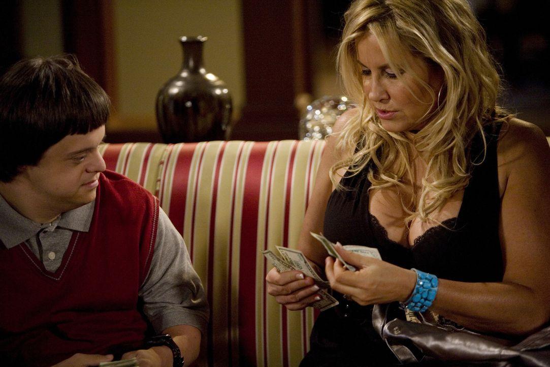 Tom (Luke Zimmerman, l.) will endlich sexuelle Erfahrung sammeln und hat deshalb die Prostituierte Betty (Jennifer Coolidge, r.) zu sich nach Hause... - Bildquelle: ABC Family